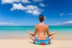 海滩布裙女子瑜伽 免版税库存图片