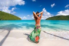 海滩布裙热带妇女 库存照片
