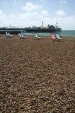 海滩布赖顿deckchairs宫殿码头 库存照片