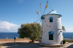 海滩希腊海岛老海运风车 免版税图库摄影