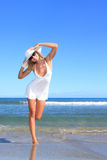 海滩常设妇女年轻人 图库摄影