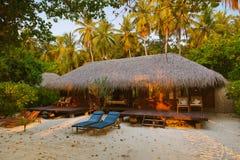 海滩平房马尔代夫日落 免版税库存图片