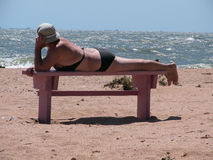海滩年长的人妇女 免版税库存图片