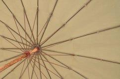 海滩底层视图的关闭伞 库存照片