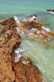 海滩延伸礁石 免版税库存照片