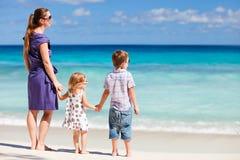 海滩开玩笑母亲二 免版税库存照片