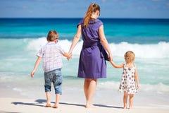 海滩开玩笑母亲二 免版税图库摄影