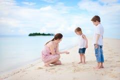 海滩开玩笑母亲二 免版税库存图片