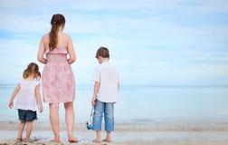 海滩开玩笑母亲二 库存照片