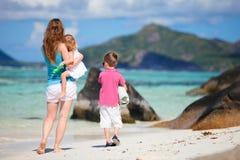 海滩开玩笑母亲假期 免版税图库摄影