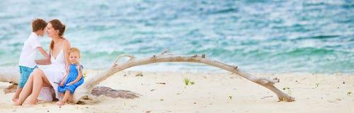 海滩开玩笑母亲全景二个年轻人 库存图片