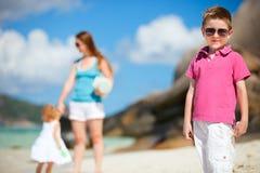 海滩开玩笑热带的母亲 免版税库存图片