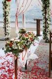 海滩开花婚礼 免版税库存照片
