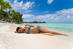 海滩异乎寻常的妇女 库存照片