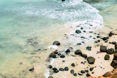 海滩当前石头 海滩火山的夏威夷 少量使石头靠岸 库存图片