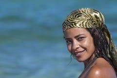 海滩微笑的妇女 免版税库存图片
