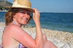 海滩微笑的妇女 库存图片
