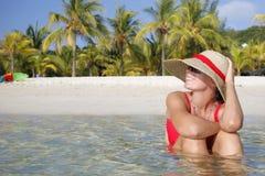海滩微笑的热带妇女 图库摄影