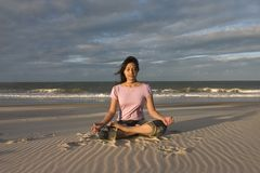 海滩思考的瑜伽 免版税图库摄影
