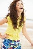 海滩愉快乐趣的女孩有少年 免版税库存图片