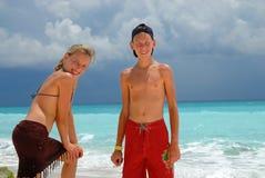 海滩愉快的少年 免版税图库摄影