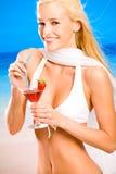 海滩愉快的海运妇女 免版税库存图片
