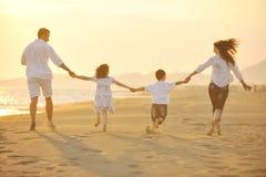 海滩愉快系列的乐趣有日落年轻人 免版税库存图片
