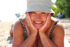 海滩成熟妇女 图库摄影