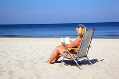 海滩成熟妇女 免版税库存照片