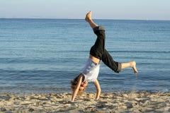 海滩手倒立使用 免版税图库摄影