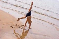 海滩手倒立 免版税库存照片