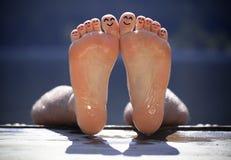 海滩手指组愉快的面带笑容 库存图片