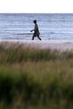 海滩执行走 免版税图库摄影