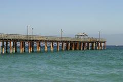 海滩捕鱼晴朗小岛的码头 免版税库存图片