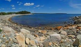 海滩接踵而来的岩石浪潮 免版税库存照片