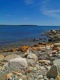 海滩接踵而来的岩石浪潮 库存照片