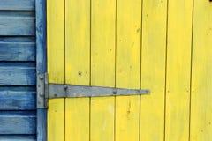 海滩接近的五颜六色的门小屋 库存照片