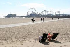海滩放松圣诞老人的monica 图库摄影