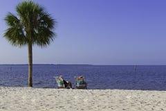 海滩放松夫妇的年长的人 免版税库存照片