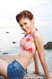 海滩放松妇女 免版税库存图片