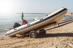 海滩救生员小船 免版税库存照片