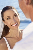 海滩新娘夫妇修饰微笑的婚礼 免版税库存图片