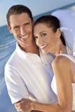 海滩新娘夫妇新郎结婚的婚礼 免版税库存照片