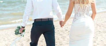 海滩新娘新郎热带婚礼 免版税库存照片