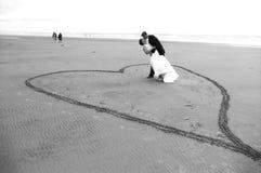 海滩新婚佳偶 图库摄影