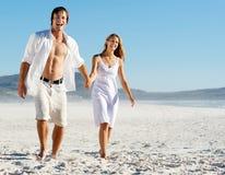 海滩无忧无虑夫妇走 免版税图库摄影