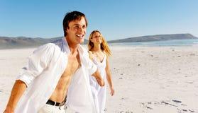 海滩无忧无虑夫妇走 图库摄影