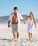 海滩无忧无虑夫妇走 库存图片