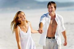 海滩无忧无虑夫妇走 免版税库存照片