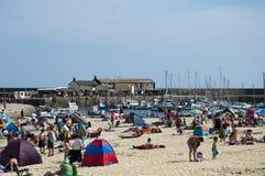 海滩日最热的lyme regis年 库存图片
